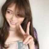 ファーストカットを撮影し笑顔を見せる白石麻衣(撮影:中村和孝)