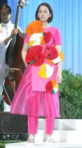 フルーツジェリーをモチーフにしたドレスを披露した満島みなみ(C)oricon ME inc.