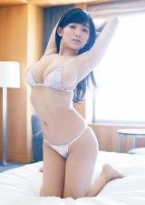 ベッドでダイナマイトボディを披露した天木じゅん  (C)佐藤裕之/ヤングマガジン