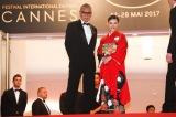 (左から)三池崇史監督、杉咲花(C)Kazuko Wakayama