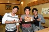TBS系連続ドラマ『リバース』の撮影現場で誕生日を祝われる藤原竜也(中央)と左から市原隼人、三浦貴大 (C)TBS
