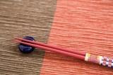 外国人友達の箸使いに関するマナー違反、英語で注意できる?