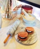 スポンジケーキのようなふわふわ生地で生クリームと粒あんをサンド (C)oricon ME inc.