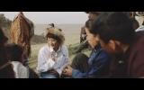 モンゴルの子どもたちと交流するコムアイ