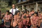 ユニセフ親善大使として、グアテマラの織物工場を訪ねるロジャー・ムーアさん(1991年6月撮影)(C) UNICEF/UNI51393/Cerni