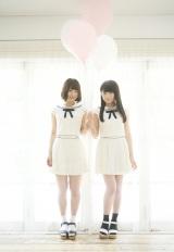 セットアップを着用する(左から)北野日奈子、秋元真夏
