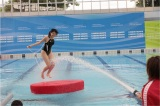 5月26日のテレビ朝日系バラエティー『金曜★ロンドンハーツ』は約2年ぶりに開催された「ロンハー水泳大会2017」の模様を放送。放水耐久縄跳びに挑戦する中村静香(C)テレビ朝日