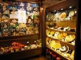 三鷹の森ジブリ美術館で5月27日スタート。新企画展示『食べるを描く。』展示室入口には、スタジオジブリ作品から印象的な食事シーンの場面写真と、メニューサンプルが陳列されている (C)ORICON NewS inc.