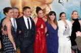 赤いドレス姿のガル・ガドット(中央)をはじめ、クリス・パイン(左隣)らが登場した『ワンダーウーマン』ワールドプレミアの模様