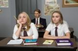 映画『コンビニ・ウォーズ〜バイトJK VS ミニナチ軍団〜』に出演する(左から)ハーレイ・クイン・スミス、リリー=ローズ・メロディ・デップ (C)2015 YOGA HOSERS, LLC All Rights Reserved.