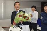 プレゼントもたくさんもらった内藤剛志。スタッフ&キャストに感謝(C)テレビ朝日