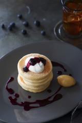 『リコッタ・チーズのパンケーキ〜自家製ブルーベリーのジャム』(税込価格:単品1512円、ドリンクセット1944円)
