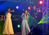 「#いいね!」ポーズをする(左から)小島瑠璃子、板野友美、島田秀平 (C)ORICON NewS inc.