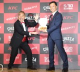 KFC『CHIZZA(チッザ)』第2弾メディア向け発表会に参加した出川哲朗 (左) (C)ORICON NewS inc.