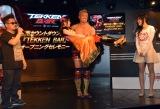 ユウミィさんをお姫様抱っこするオカダ・カズチカ=『e-sports TEKKEN BAR』のオープニングイベント (C)ORICON NewS inc.