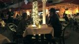 エビアンと侑哉のクリスマスデートでの食事&プレゼント交換のシーン