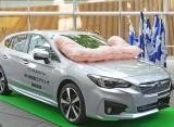 スバル『インプレッサ』 歩行者保護エアバッグの展開デモンストレーション/平成28年度自動車アセスメントイベントにて (C)oricon ME inc.