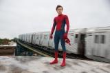 憧れの師匠アイアンマンからもらった特製スーツでニューヨークの町を飛び回る(C)Marvel Studios 2017. (C)2017 CTMG. All Rights Reserved.