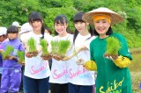 小林幸子(右)とともに田植えで汗を流した荻野由佳(右から2番目)ら (C)AKS