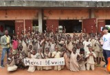 アフリカ・ベナンの子供たちと合奏をしたアンダーグラフの真戸原直人(右)