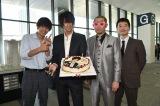 29歳の誕生日を迎えた三浦翔平(左から2人目)と主演の窪田正孝(左端)