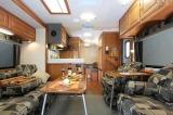 東和モータース「Dolly Varden DV2550FB」の内装は戸建てのリビングのような広さ