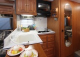 東和モータース「Dolly Varden DV2550FB」の人工大理石をあしらったキッチン