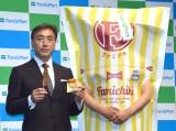 ファミリーマートの新戦略発表会に参加した(左から)ファミリーマートの澤田貴司社長、ファミチキ先輩 (C)ORICON NewS inc.
