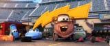 シリーズの最新作『カーズ/クロスロード』(7月15日公開)メーター(山口智充)&サリー(戸田恵子)の場面写真(C)2017 Disney/Pixar. All Rights Reserved.