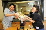 金田朋子にエールを送ったグッチ裕三(左)