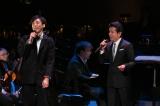 6月10日放送、NHK総合『大河ドラマ「おんな城主 直虎」コンサート 〜戦う花・直虎の愛〜』高橋一生(左)が藤井フミヤ(右)と一緒にステージで歌うシーンも(C)NHK