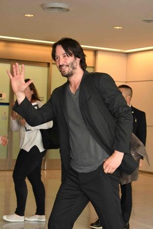 【映画】キアヌ・リーブス、2年ぶりに来日 「また日本に来られて最高の気分だ。とても幸せだよ!」空港でファンと交流