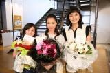 『母になる』クランクアップを迎えた(左から)藤澤遙、沢尻エリカ、板谷由夏 (C)日本テレビ