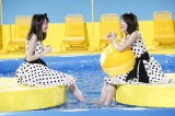 水の冷たさに肩をすくめる生田絵梨花(左)と生駒里奈=マウスコンピューター新CMより