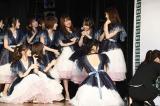 13位・倉野尾成美(右から2人目)を祝福=『第9回AKB48選抜総選挙』投票速報の模様 (C)AKS