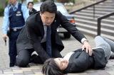 テレビ朝日系『緊急取調室』第8話(6月8日放送)より。撃たれて倒れ込む有希子(天海祐希)(C)テレビ朝日