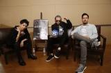 ONE OK ROCKのTaka(左)がリンキン・パークのチェスター(中央)、マイクと対談