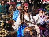 東京ディズニーランドで映画『パイレーツ・オブ・カリビアン/最後の海賊』の世界観を楽しめるスペシャルプログラムがスタート。パイレーツ・ブラスにジャック・スパロウが登場(C)ORICON NewS inc.
