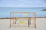 総選挙当日の沖縄・豊崎海浜公園豊崎美らSUNビーチにあった「ウミガメの卵」保護の囲いと注意書き (C)ORICON NewS inc.