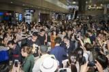 『第20回上海国際映画祭』に参加した上戸彩、斎藤工。浦東(プードン)空港には現地ファンが殺到した