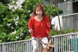愛犬の散歩途中に遺体を発見するシーン(C)テレビ朝日