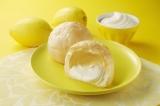 シューの中にはレモンレアチーズクリームがたっぷり