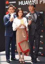 『HUAWEI P10・HUAWEI P10 Plus』の発売記念SPイベントに登場した(左から)井戸田潤、川島海荷、小沢一敬 (C)ORICON NewS inc.