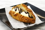 『クロワッサン アイスクリームサンド』イメージ(バニラアイスクリーム&チョコレートソース)