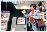 CDを選ぶ小池百合子氏 撮影:鴨志田孝一『小池百合子 写真集 YURiKO KOiKE 1992-2017』(双葉社)