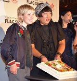 FRAG SHOPの10周年を祝うケーキが登場し、2人で入刀した (C)ORICON NewS inc.