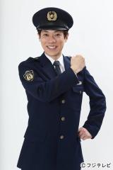 警察官の制服を着て、代名詞のようなポーズをとる横山だいすけ=7月9日スタートのフジテレビ系『警視庁いきもの係』にレギュラー出演