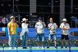 「マルシャ・ショーラ」のサングラスでステージに立つBEGIN・比嘉栄昇(中央)=『沖縄からうた開き! うたの日コンサート2017』