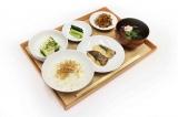 日替わりのおばんざい『おばんざい〜身体にうれしいヘルシーメニュー〜』。小鉢の豆腐には、その日にシェフが選んだ「祇園辻利」のお茶を使用した特製たれがつく