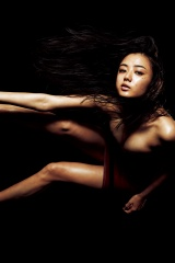 最新グラビアで大人の美と色気を表現した片山萌美(C)TAKAKI_KUMADA/週刊プレイボーイ